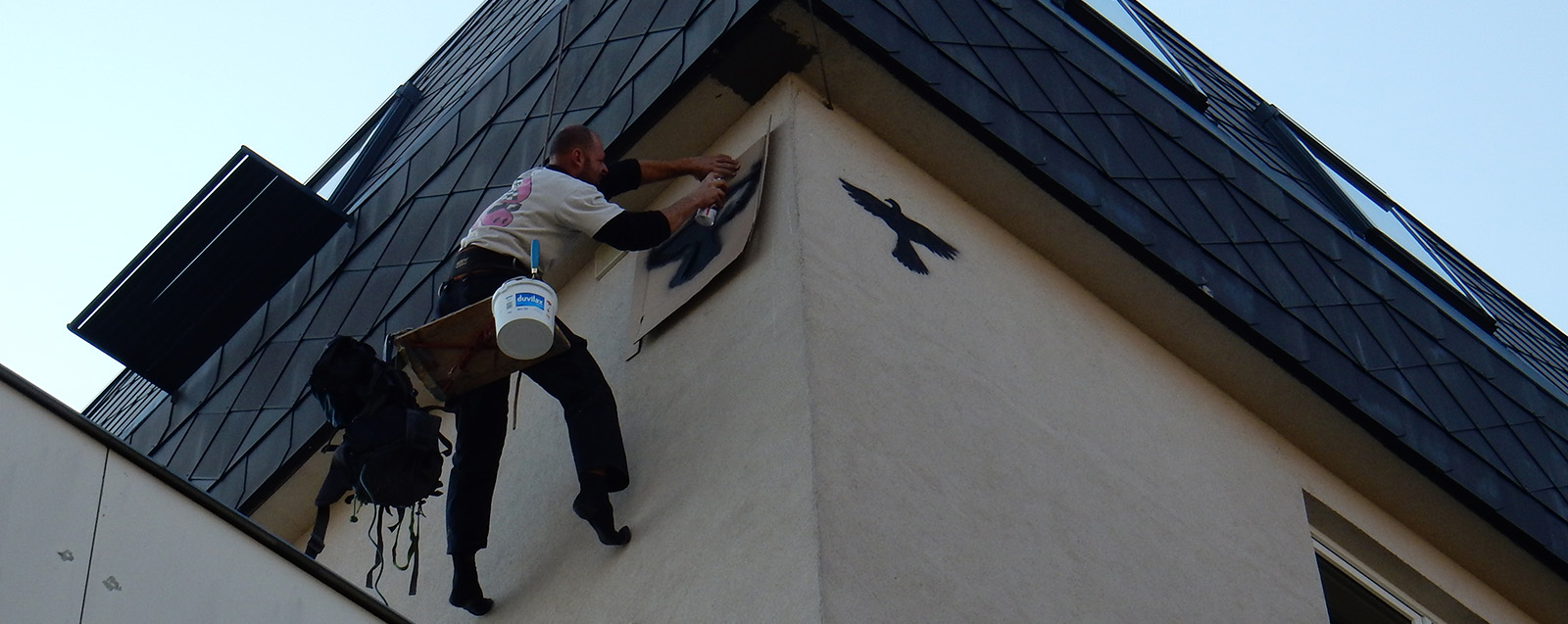 nastrik siluety dravce na fasadu