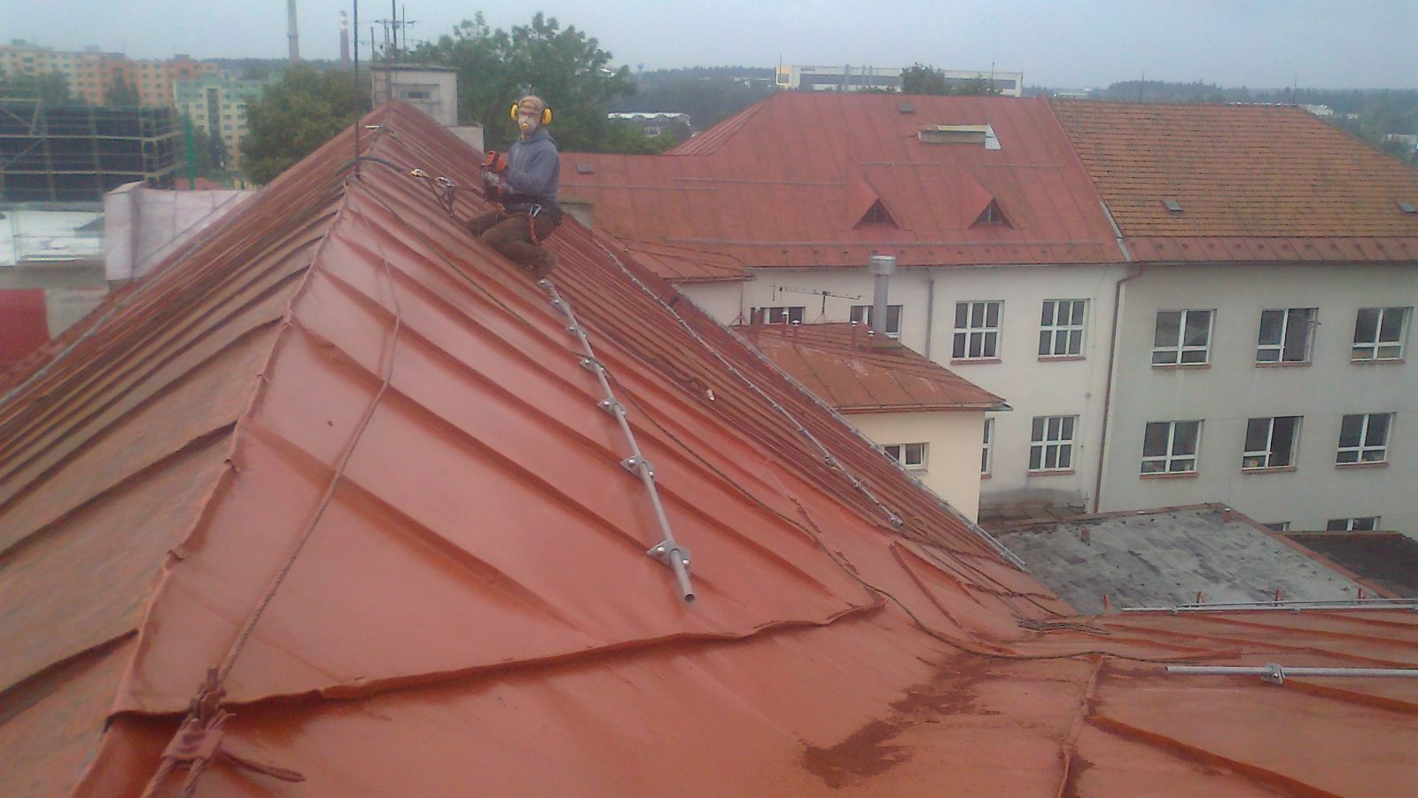 broušení plechové střechy