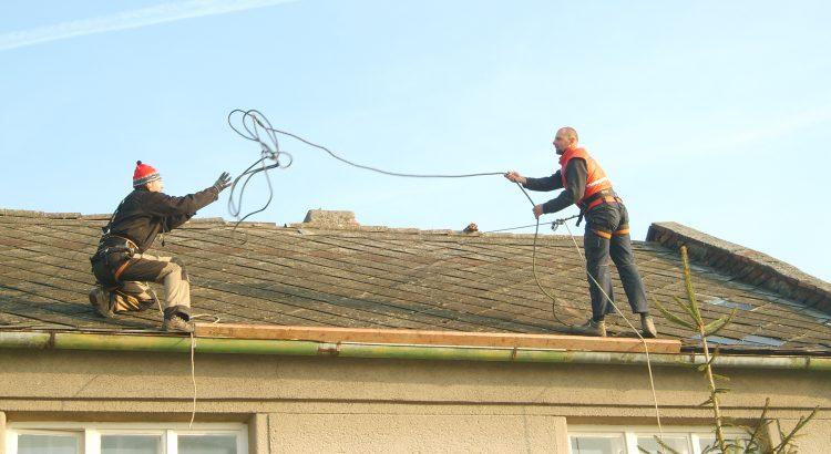 Rozebírání staré střechy